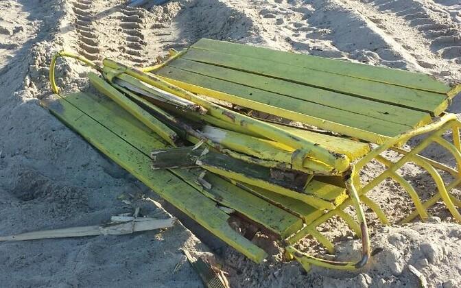 16 июня группа вандалов на тракторе уничтожила несколько кабин для переодевания и скамеек.