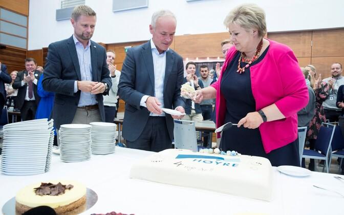 Премьер-министр Норвегии Эрна Сульберг празднует победу на выборах.