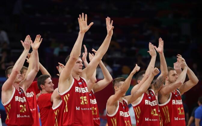 Venemaa korvpallikoondis võitu tähistamas