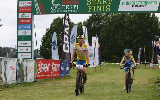 Caspar Austa koos pojaga Rõuge rattamaratoni finišis.