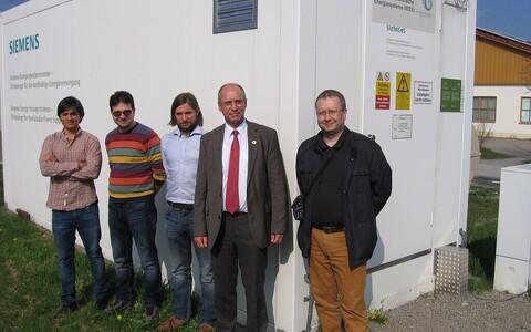 Tarkvõrgu energiasalvesti taustal TTÜ doktorandid koos juhendajate Prof. Helmuth Biechl ja Dr. Argo Rosinaga.