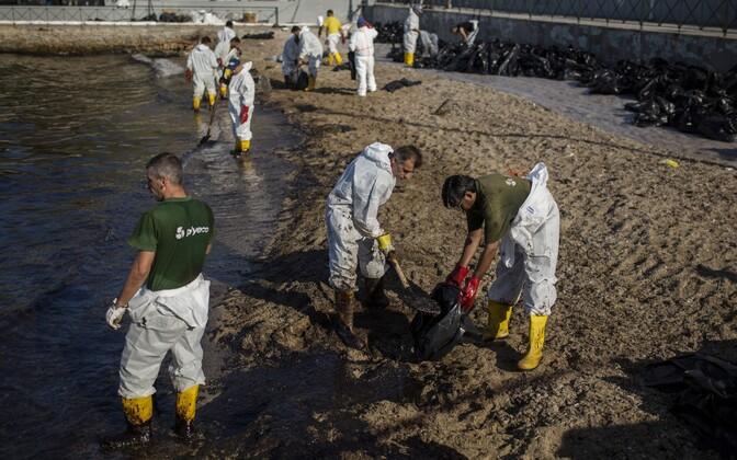 Пятна мазута с затонувшего танкера дошли до пляжей Афин.