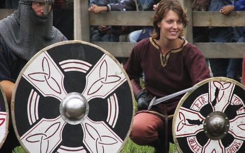 Naissoost viiking kaasaegsel lahingumängul.