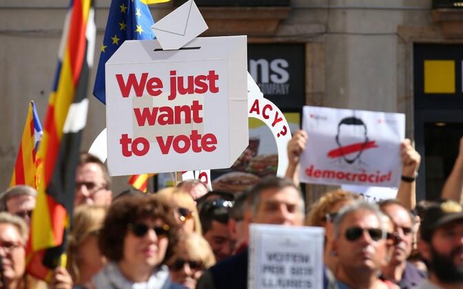 Каталонские мэры промаршировали по Барселоне в поддержку референдума