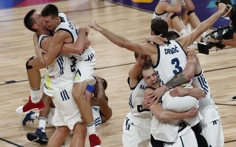 Словенские баскетболисты празднуют победу