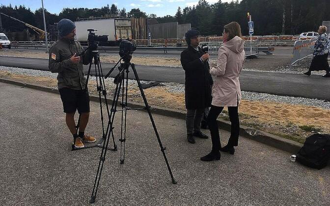 Fotol üks valimisnõunikest, liikuvusekspert Mari Jüssi, intervjueerib Arp Müller, filmib Siim Lõvi.