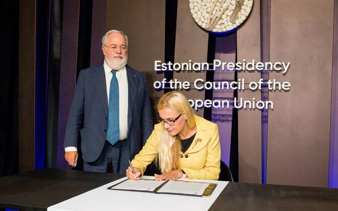 Министр экономики и инфраструктуры Кадри Симсон подписывает декларацию об э-энергии.