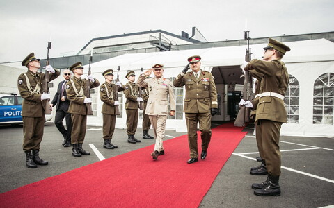 NATO Deputy Supreme Allied Commander Europe Gen. Sir James Everard and Gen. Riho Terras in Tallinn on Wednesday. Sept. 20, 2017.
