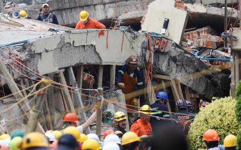 Разбор завалов после землетрясения 19 сентября в Мехико.