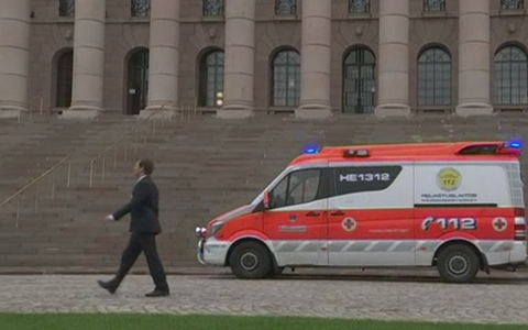 Kiirabi ja Eduskunna turvamees parlamendihoone ees sündmuspaigal