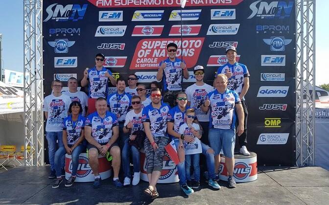 Eesti SuperMoto võistkond koos fännidega