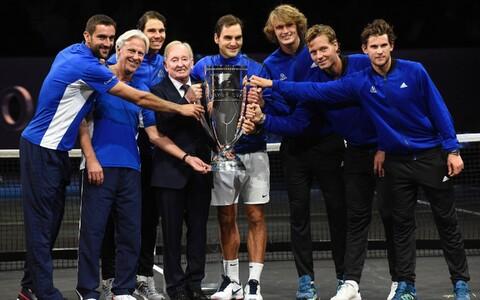 Tänavuse Laver Cupi võitjameeskond koos Rod Laveriga. Pildil (vasakult) Marin Cilic, Björn Borg, Rafael Nadal, Rod Laver, Roger Federer, Alexander Zverev, Tomaš Berdych ja Dominic Thiem.