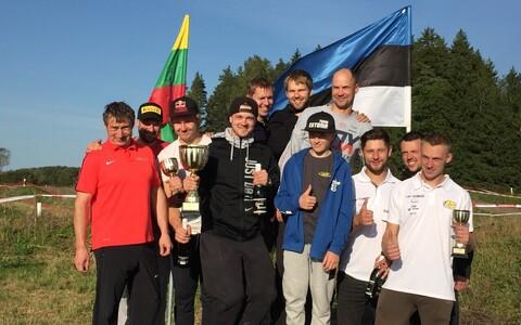 Enduro Balti karikavõistluse meeskondlik esikolmik. Esikoht Sõmerpalu MK (keskel), teine RedMoto Racing (vasakul) ja kolmas Läti klubi CEC. IS. Racing (paremal).