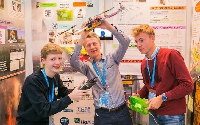 Kolm prantsuse noormeest, Benoit Simon Paques, Louis Marie Godron ja Pierre Nicolas Boulanger, töötasid oma kooliuurimistööna välja drooni abi kasutava seadeldise, mis mõõdab õhusaastet erinevates kohtades, olgu selleks metsatulekahju läheduses olev asula