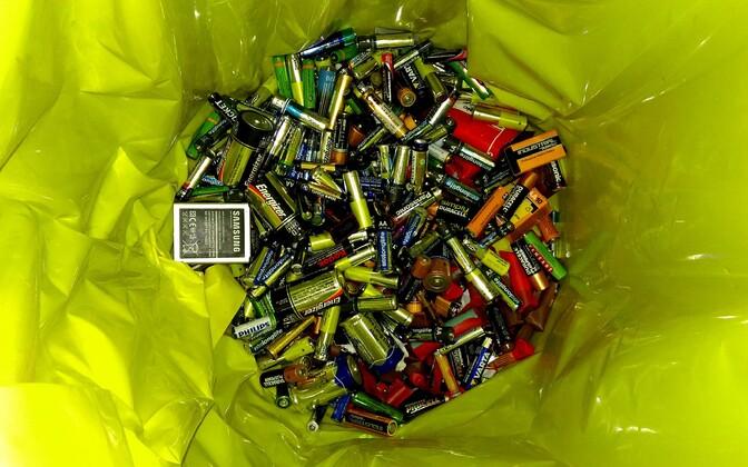 Старые батарейки нельзя выбрасывать вместе с остальным мусором.