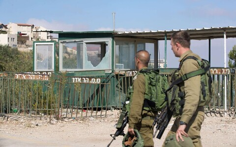 Iisraeli julgeolekujõud Har Adaris rünnakukohas.