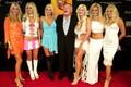 Hugh Hefner oma kuue tüdruksõbraga 2003. aastal.