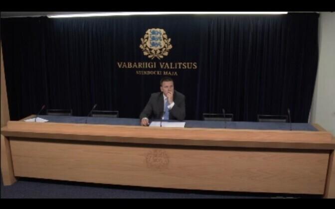 Jüri Ratas pressikonverentsi eel kolleege ootamas.