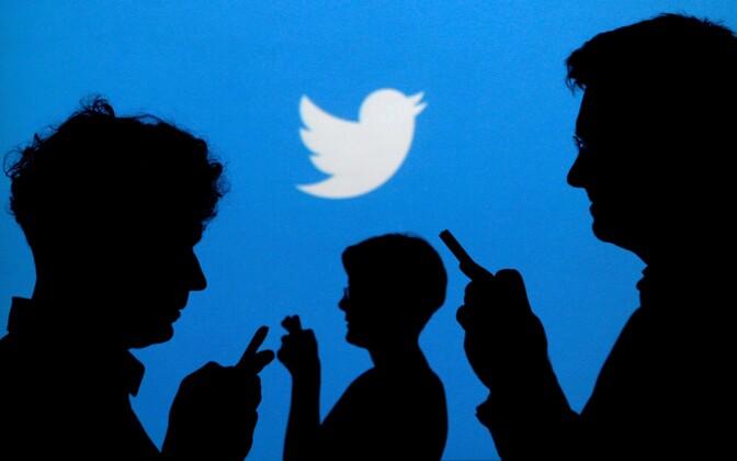 Inimesed Twitteri logo taustal.