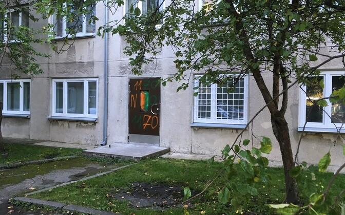 Входную дверь пункта обмена шприцев на улице Ситси разрисовали.