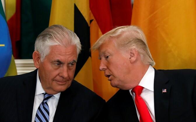 СМИ писали, что в прошлом году Тиллерсон (слева) назвал Трампа болваном.