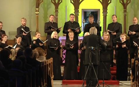 Tõnu Kaljuste Eesti filharmoonia kammerkoori ees.