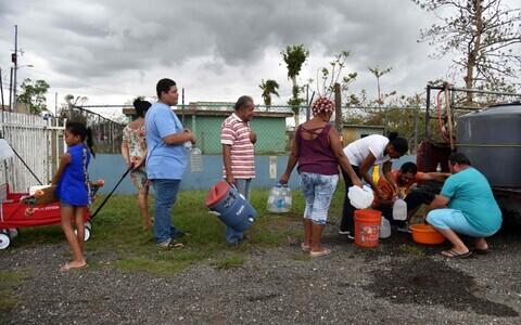 Joogivee järjekord Puerto Rico Vega Baja asulas.