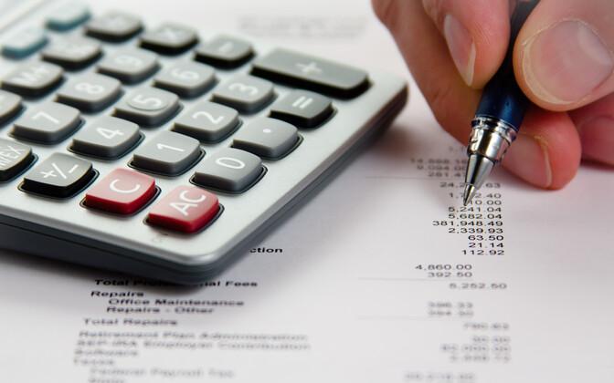 Налоговики пристально следят за уплатой налогов.