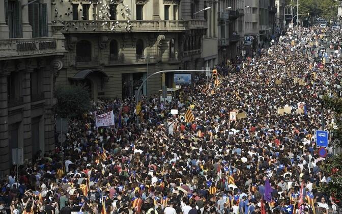 Протестующие собираются в Барселоне в рамках всеобщей забастовки.