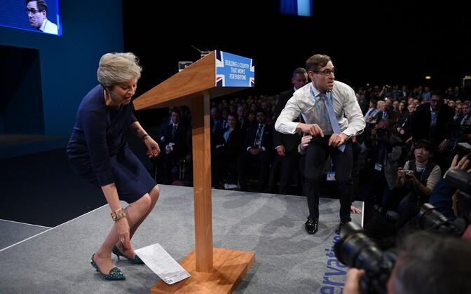 Theresa May ja lavani jõudnud naljamees 4. oktoobril konservatiivide parteikongressil.