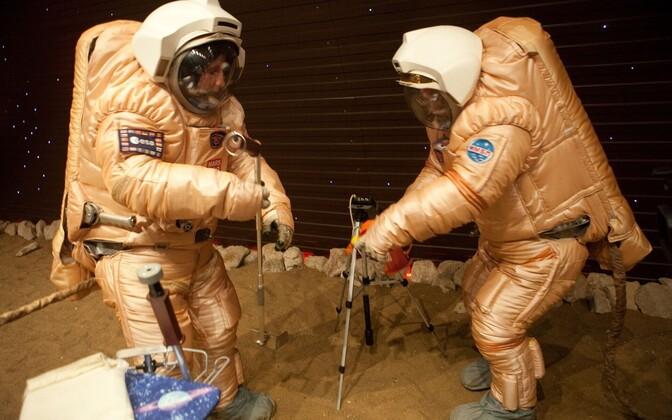 Mars500 meeskond matkib Marsi pinnalt proovi võtmist.