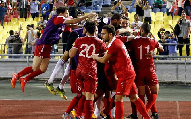 Сирийские футболисты празднуют гол нападающего Омара Аль-Сома.