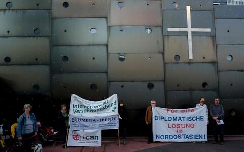 Активисты движения по уничтожению ядерного оружия проводят в Вене пикет, на котором требуют дипломатического разрешения корейского кризиса.