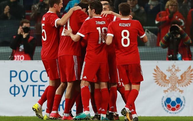 Сборная России по футболу празднует гол