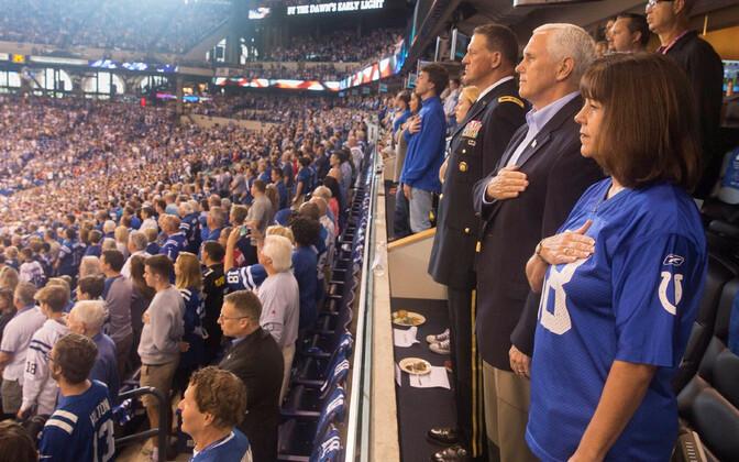 Пенс покинул матч НФЛ, когда игроки отказались встать во время гимна США.