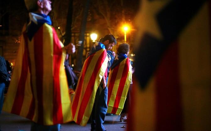 Жители Барселоны с каталонскими эстеладами (флагами за независимость).