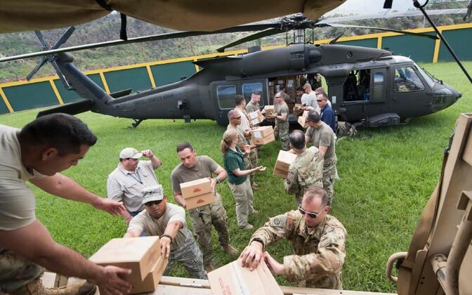 Sõjaväelased Puerto Ricos abipakke laadimas.