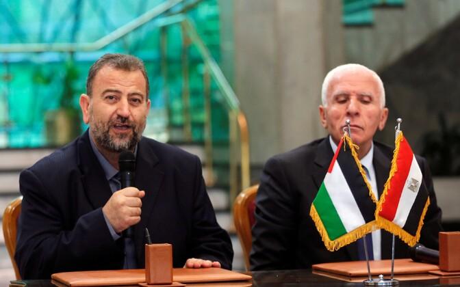 Hamasi delegatsiooni juht Saleh Arouri (vasakul) ja Fatah'i leader Azzam Ahmad 12. oktoobril Kairos.