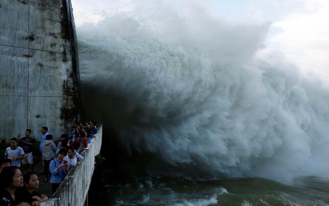 Hoa Binhi hüdroelektrijaam avas lüüsiväravad.