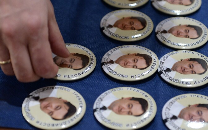 Значки с изображением российского оппозиционера Сергея Магнитского.