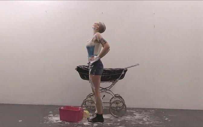 """Mētra Saberova performance """"Pimpin' Yo Mama Crib"""" tuleb ettekandmisele ka Tartu Kunstimajas näituse avamisel. Kaader videost"""