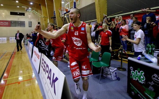 Баскетболисты из Рапла празднуют победу.