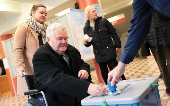 Эдгар Сависаар на избирательном участке.