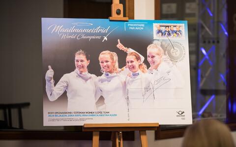 В Таллинне представили почтовую марку в честь победы эстонских шпажисток на ЧМ.