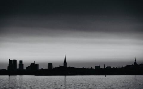 Tume taevas Tallinna silueti kohal
