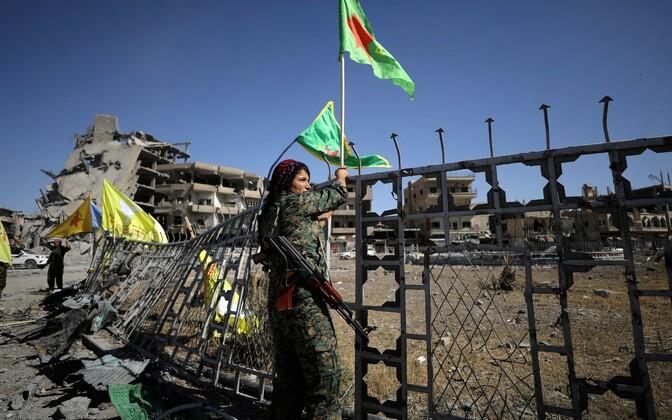 SDF-i võitlejad ISIS-e käest vallutatud Raqqa linnas.