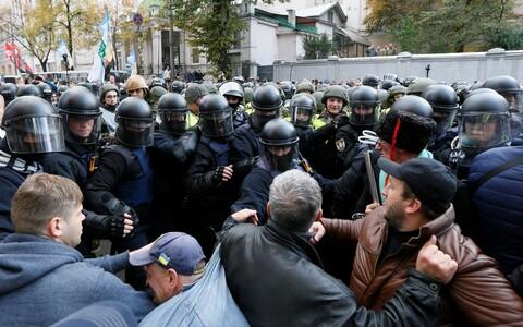 Saakašvili toetajatest meelaavaldajad ning korrakaitsjad 17. oktoobril Kiievis.