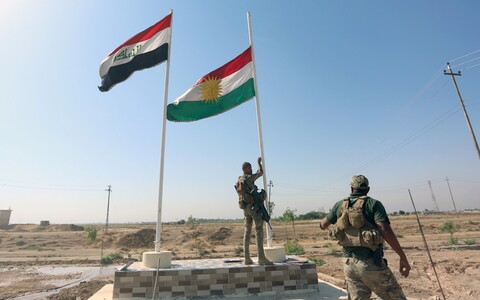 Iraagi valitsusväe sõdur tõmbab Kirkukis alla Kurdistani lippu.