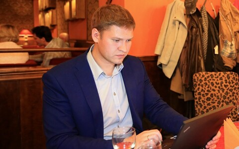 Артем Суворов на празднике Центристской партии после выборов в Тарту.