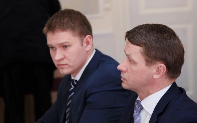 Artjom Suvorov (vasakul) ja Valvo Semilarski Tartu volikogu istungil
